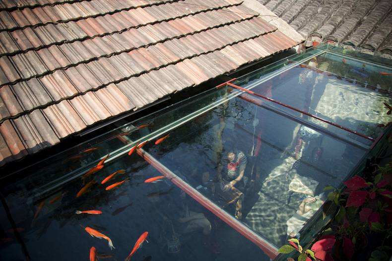 Under water cafe